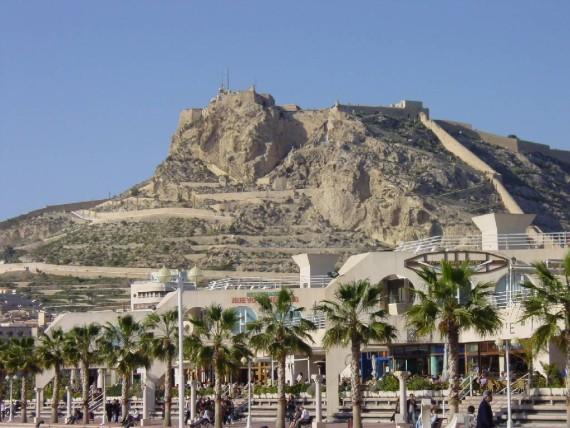 castillo santa barabara desde puerto deportivo